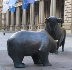 Бык и медведь перед зданием фондовой биржи во Франкфурте-на-Майне, Германия